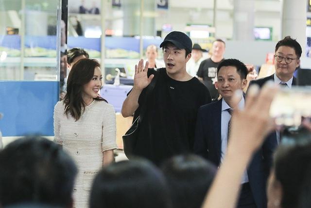 Tuy ngồi trên máy bay một khoảng thời gian khá dài, Kwon Sang Woo vẫn liên tục vẫy tay và mỉm cười với các fan. Hành động thân thiện của nam tài tử điển trai đã thực sự ghi điểm trong mắt các khán giả Việt Nam.