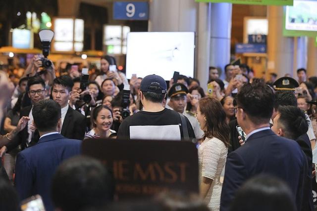 Tuy đã là nửa đêm nhưng không khí tại sân bay vẫn cực kì náo nhiệt khiến nam tài tử Hàn Quốc không khỏi bất ngờ và xúc động.