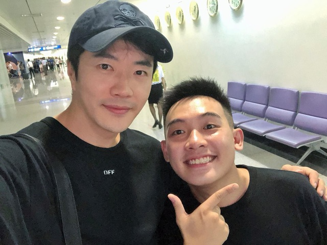 Phở Đặc Biệt không giấu nổi sự vui mừng khi được gặp Kwon Sang Woo ở ngoài đời. Anh chụp ảnh chung với nam diễn viên và chia sẻ trên trang cá nhân ngay khi chào đón tài tử Hàn Quốc đến Việt Nam.