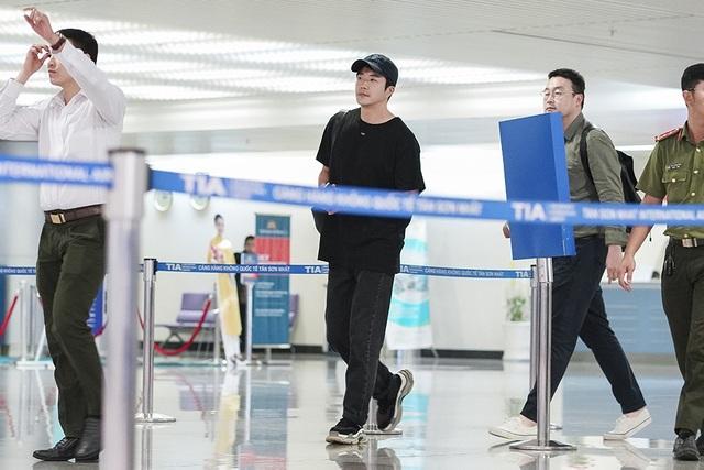 Kwon Sang Woo mặc trang phục đơn giản với áo phông đen, quần kaki và giày sneaker trông cực kì năng động và trẻ trung.