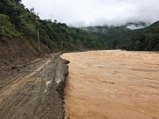 Nước lũ dâng cao làm sạt lở, ngập đường chia cắt xã Tà Cạ với thị trấn Mường Xén, huyện Kỳ Sơn.