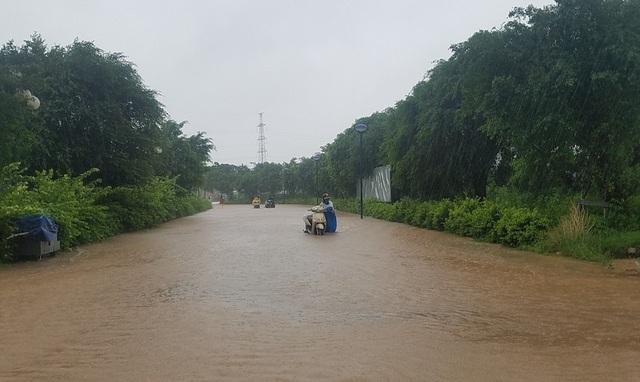 """Hà Nội: Ô tô, xe máy """"chết đứng"""" nhìn nước ngập - 8"""