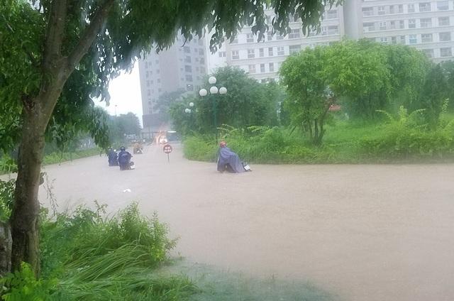 Có đoạn nước ngập sâu lên tới yên xe máy.