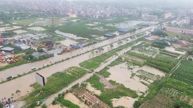Sau cơn mưa đêm qua, đường Tố Hữu đoạn đi qua phường Yên Nghĩa (Hà Đông, Hà Nội) ngập sâu trong nước.