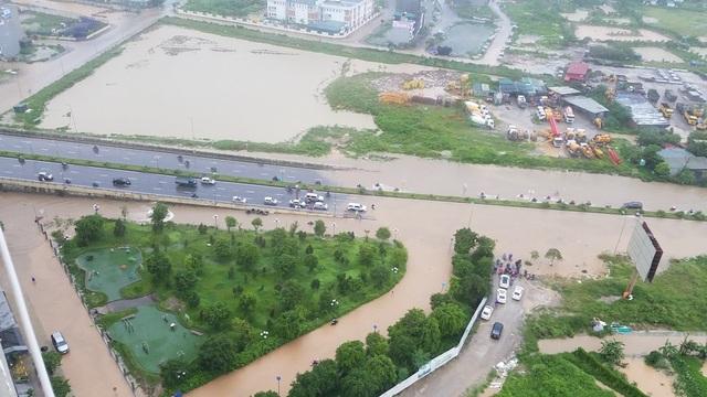 Nước ngập trong một khu vực khá rộng lớn, bao vây lối vào một khu chung cư gần đường Tố Hữu khiến nhiều cư dân ở đây không thể đi lại.