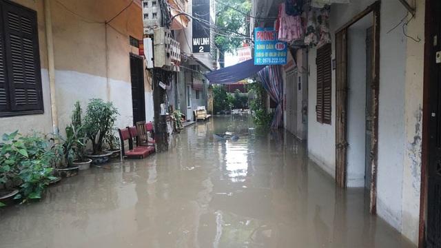 Hà Nội: Khốn đốn qua dòng nước trước cổng Bệnh viện K Tân Triều - 9