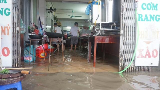 Hà Nội: Khốn đốn qua dòng nước trước cổng Bệnh viện K Tân Triều - 7