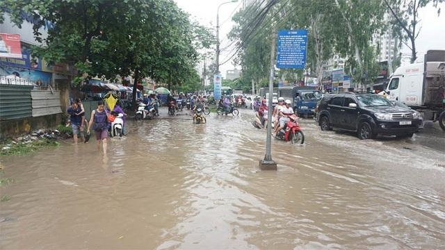 Hà Nội: Khốn đốn qua dòng nước trước cổng Bệnh viện K Tân Triều - 2