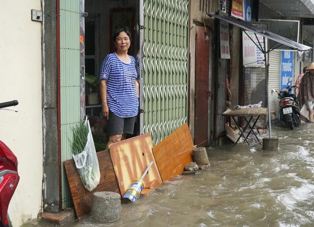 Nhiều nhà phải che chắn cửa để nước không tràn vào.