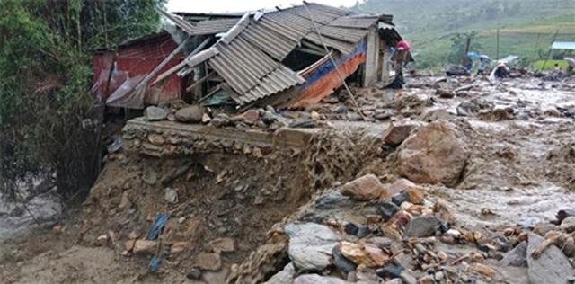 Mưa lũ gây thiệt hại nặng nề về người và tài sản ở miền Bắc và Bắc Trung Bộ.
