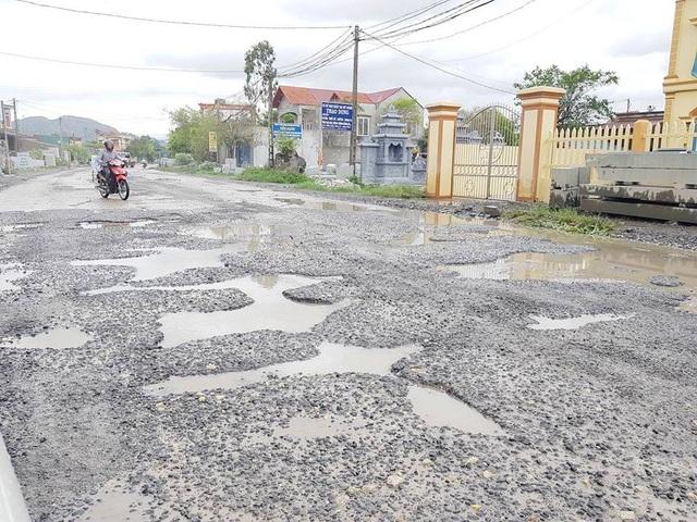 Ninh Bình: Đường vào xã nông thôn mới nát như… tương! - 15