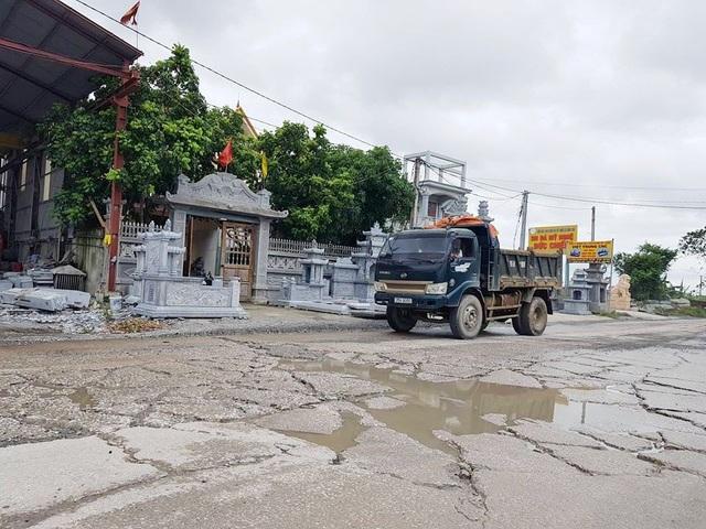 Ô tô tải đủ loại kích cỡ không kể ngày đêm giày xéo trên con đường, tra tấn những người dân sống hai bên đường và người dân địa phương khi tham gia giao thông trên đường.