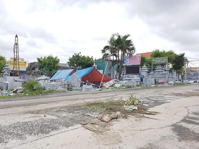 Những hố sâu xuất hiện trên đường, người dân dùng rác thải lấp lại để tránh nguy hiểm.