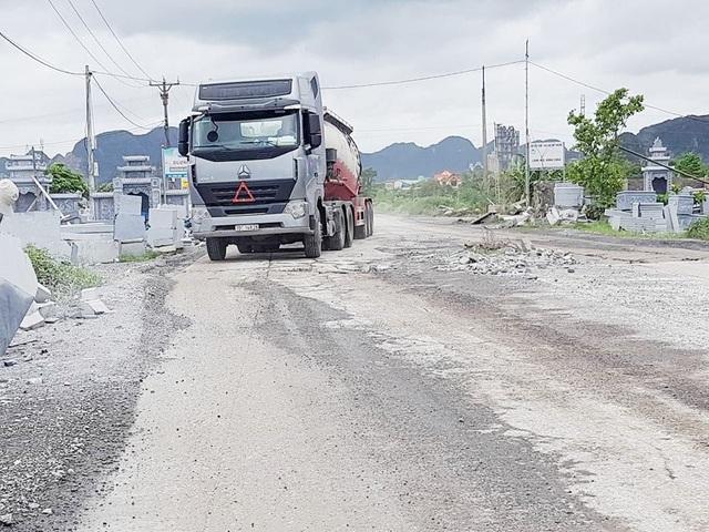 Xe siêu tải trọng tung hoành trên đường làng.