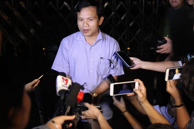 Ông Mai Văn Trinh - Cục trưởng Cục Quản lý chất lượng, Bộ GD&ĐT trả lời báo chí trước cổng Sở Giáo Dục & Đào tạo Sơn La lúc hơn 22h đêm 21/7.