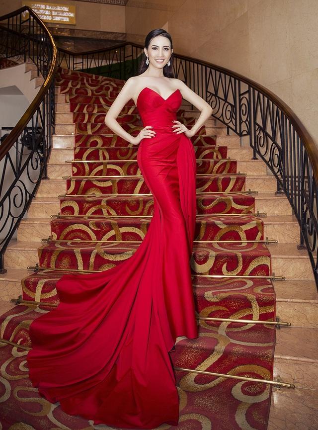 Người đẹp xuất hiện với váy dài thướt tha cùng sắc đỏ rực rỡ