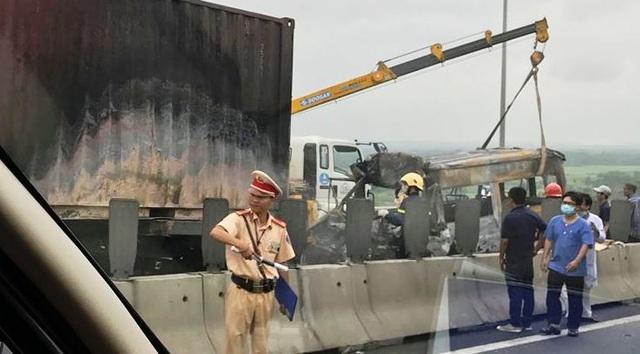 Xe khách bốc cháy ngùn ngụt, 2 người trên xe tử vong - 9