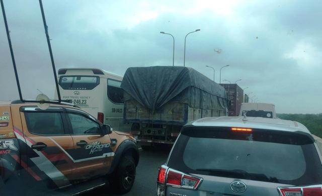 Giao thông trên đường cao tốc, hướng từ các tỉnh về TPHCM tê liệt hoàn toàn suốt hơn 5 tiếng đồng hồ do vụ tai nạn.