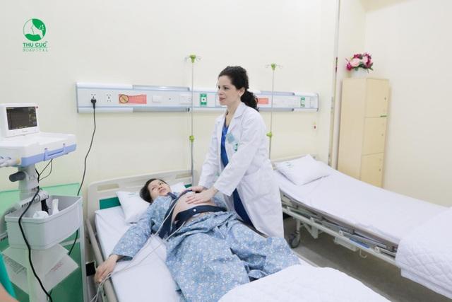 """Khi những cơn co xuất hiện nhiều, chị Trang biết rằng mình sắp bước vào giai đoạn khó khăn hơn, mọi sự lo lắng và hồi hộp dường như bắt đầu dồn nén lại. Chị chia sẻ: """"Thực sự lúc ấy vừa đau lại vừa sợ nhưng cũng may mắn là bác sĩ Lisa và các y tá luôn động viên nên cũng bớt được phần nào lo lắng."""""""