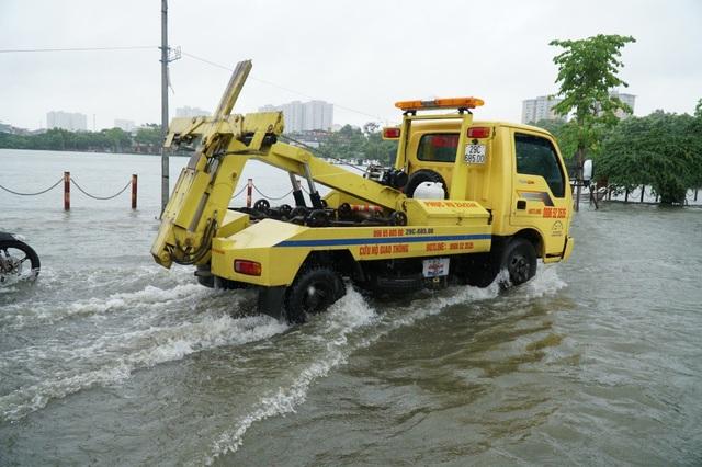 Xe cứu hộ liên tục xuất hiện để giải cứu những phương tiện.