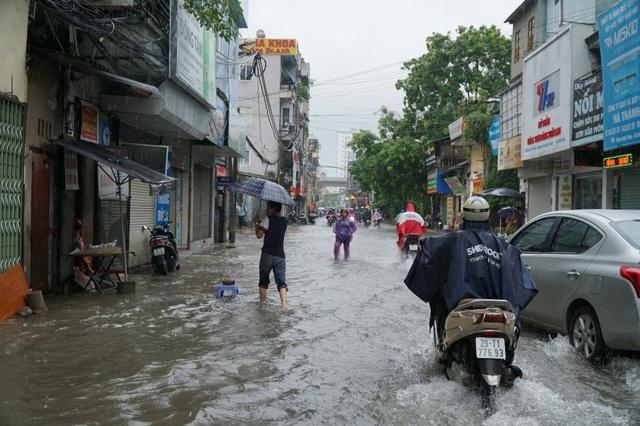 Đoạn phố ngập, nước dâng lên sát cửa các ngôi nhà mặt tiền.