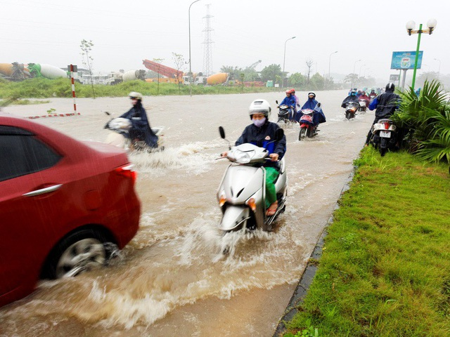 Đoạn đường qua khu đô thị ở Yên Nghĩa (Hà Đông) cũng ngập nặng, phương tiện lưu thông rất vất vả.