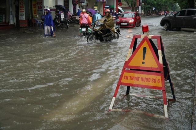 Biển cảnh báo của các đơn vị thoát nước xuất hiện ở nhiều nơi.