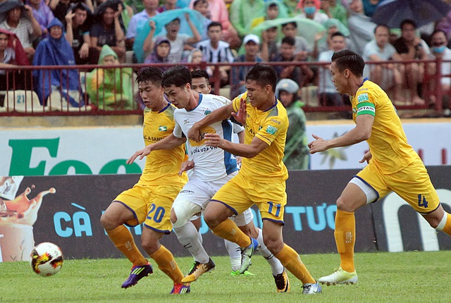 Công Phượng trong vòng vây các cầu thủ SL Nghệ An - Ảnh: Gia Hưng