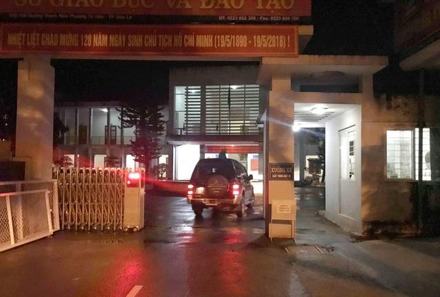 Tổ công tác của Bộ GD&ĐT làm việc liên tục cả buổi tối để rà soát, xác minh các dấu hiệu bất thường tại cụm thi Sở GD&ĐT Sơn La. (ảnh: Trần Thanh)
