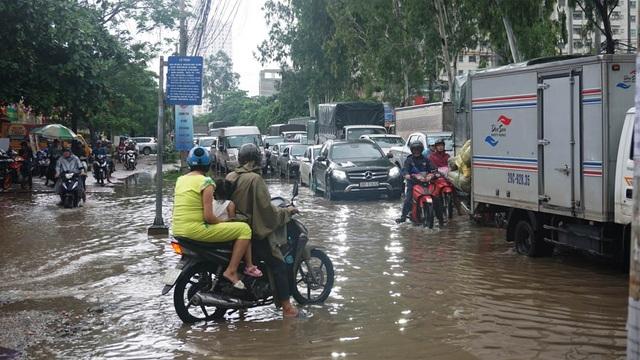 Hà Nội: Khốn đốn qua dòng nước trước cổng Bệnh viện K Tân Triều - 4