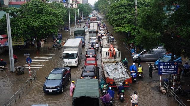 Đường 70 ngập nước khiến giao thông ùn tắc kéo dài.
