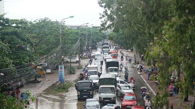 Hà Nội: Khốn đốn qua dòng nước trước cổng Bệnh viện K Tân Triều - 5