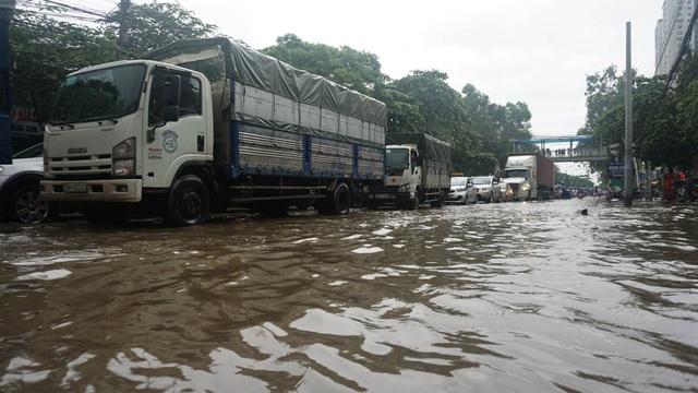 Nước ngập khiến các phương tiện di chuyển rất khó khăn.