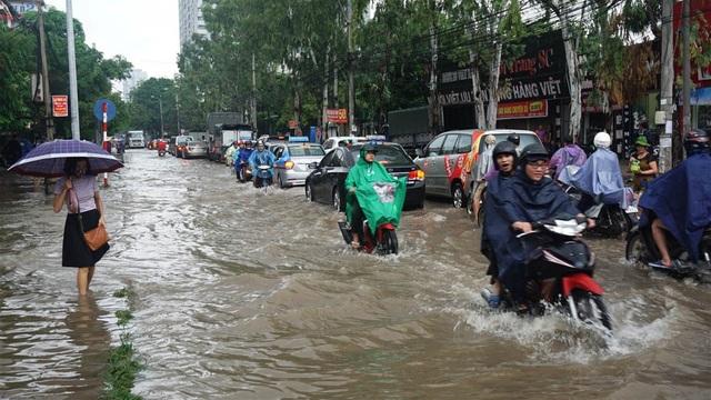 Hà Nội: Khốn đốn qua dòng nước trước cổng Bệnh viện K Tân Triều - 3