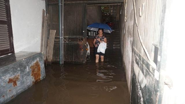Hà Nội: Khốn đốn qua dòng nước trước cổng Bệnh viện K Tân Triều - 11