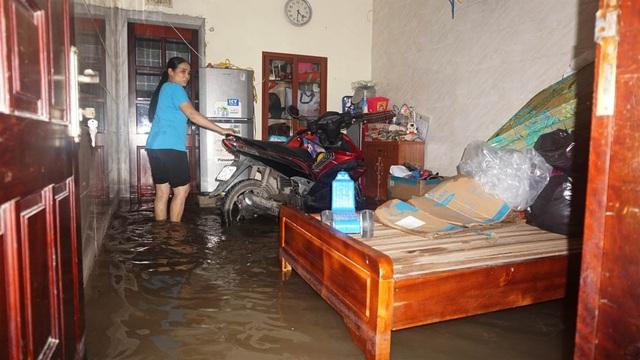 Người phụ nữ này ngao ngán nhìn nước tràn vào nhà mình.