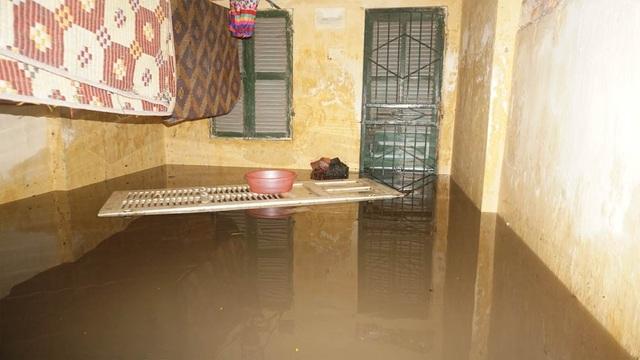 Nước tràn vào cả trong nhà.