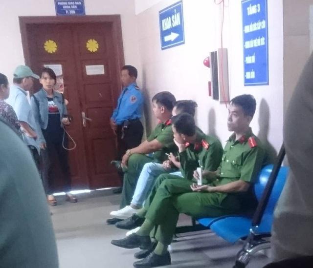 Lực lượng công an phường Định Công được điều tới đảm bảo an ninh trật tự tại bệnh viện.