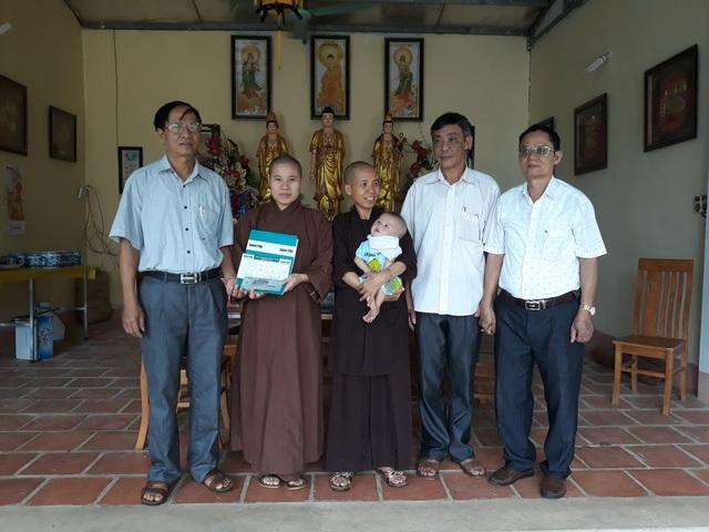 Chính quyền địa phương xã Đồng Thắng trao tiền bạn đọc đến bé An Khánh.