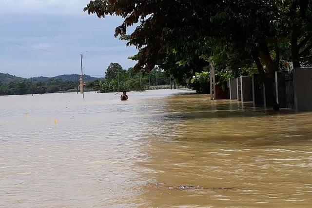 Nhiều tuyến đường giao thông chìm sâu trong nước lụt, gây chia cắt, cô lập.