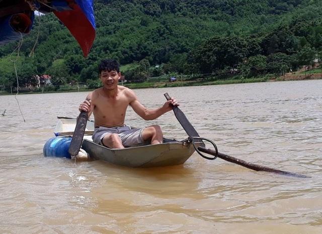 Do nước ngập sâu nên việc đi lại của người dân gặp rất nhiều khó khăn, người dân chủ yếu di chuyển bằng thuyền.