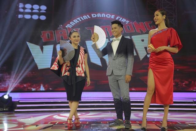 """Trong đêm chung kết, vẫn là """"bộ ba"""" giám khảo chính là biên đạo John Huy Trần, chuyên gia võ thuật Gemma Nguyễn và siêu mẫu Minh Tú."""