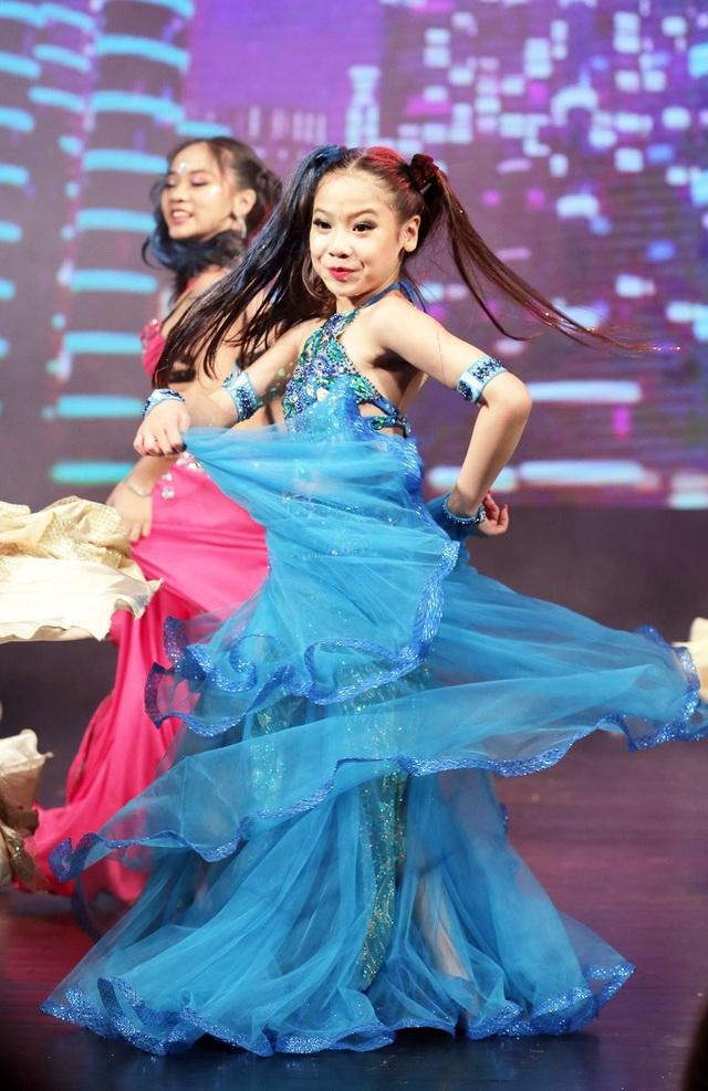 Các nghệ sĩ nhỏ tuổi được đầu tư kĩ lưỡng về phục trang và trang điểm để trở nên tự tin trên sân khấu