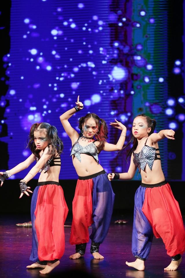Ở lứa tuổi còn rất nhỏ, các vũ công nhí đã tự tin lên sân khấu, thể hiện nội dung câu chuyện nổi tiếng và cả những kĩ thuật khó