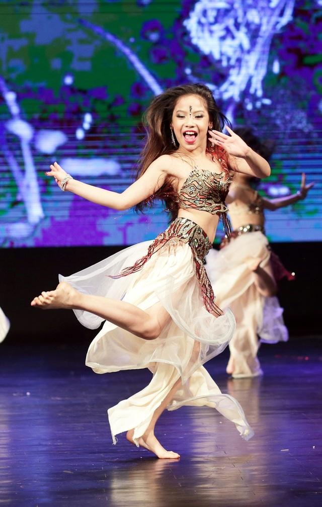 Nụ cười luôn nở trên môi các vũ công nhỏ tuổi khi trình diễn trên sân khấu