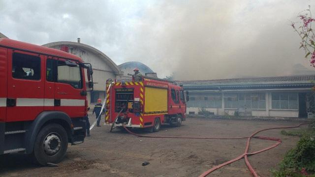 Cảnh sát triển khai dập lửa từ nhiều hướng xung quanh xưởng gỗ để ngăn chặn lửa lan ra