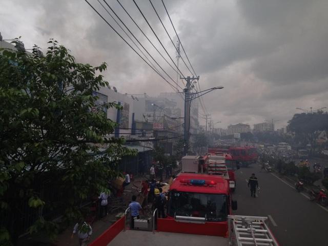 Nhiều người dân tụ tập xem chữa cháy nên CSGT phải chặn 1 chiều đường qua đoạn này (ảnh: Trương Nhân)