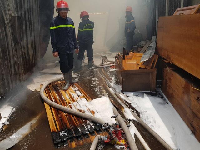 Cảnh tan hoang trong xưởng gỗ sau khi đã dập tắt lửa.