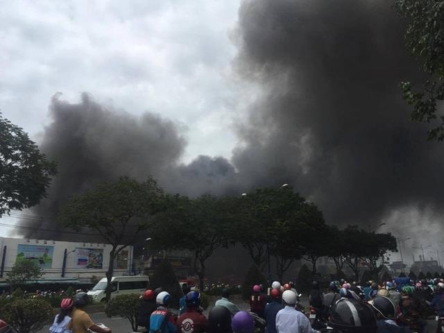 """Xưởng gỗ cạnh siêu thị bốc cháy, nhân viên nháo nhào """"chạy"""" hàng hóa - 5"""