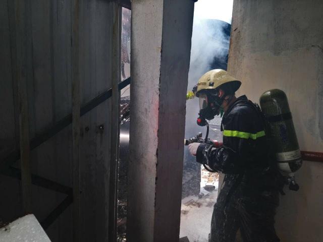 Sau đó xâm nhập dần vào bên trong để chữa cháy tại nguồn phát lửa
